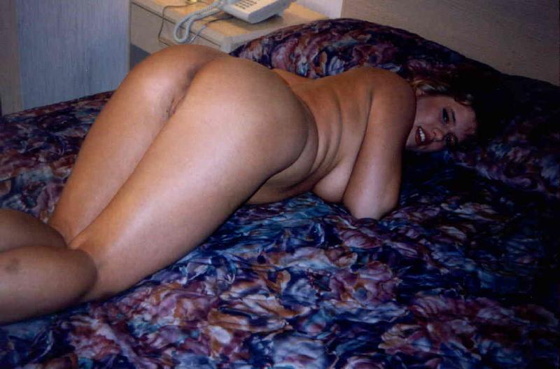 Frau streckt nackten Arsch raus